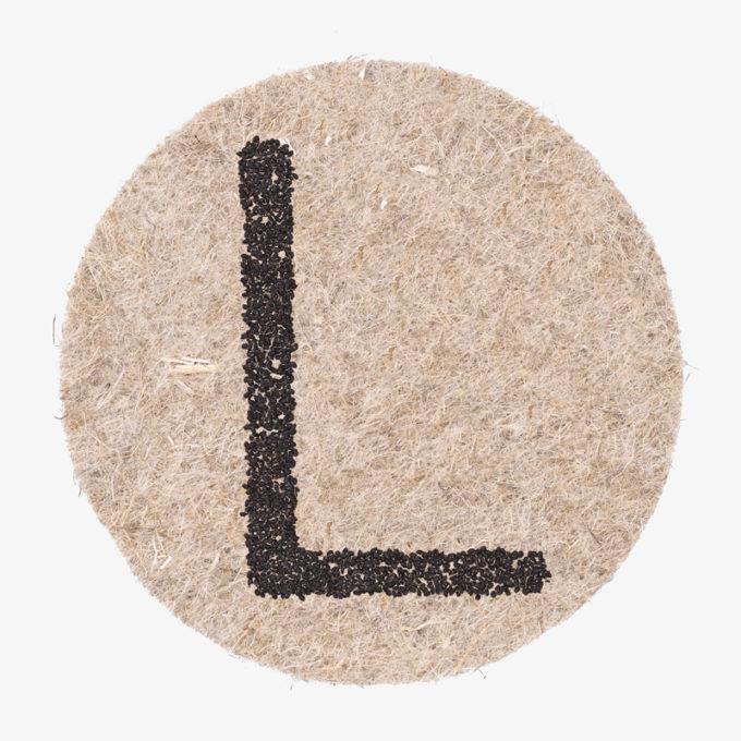 ein L aus Pflanzensamen